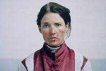 CHIC Sport_LA CAVALIERE / équitation - jodhpurs - textiles british - prix de Diane - steeple chase - élégance cheval - flots - cuir harnais - chemise - veste courte - coudières - bombe - cravache - robe d'après midi - lavallière -