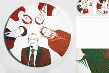 ri_TRATTI / Il suo lavoro unisce la progettazione grafica alla pittura materica, ottenendo così un preciso risultato estetico.I suoi quadri sono spesso lavori su commissione: l'artista pone al centro della sua ricerca il RITRATTO,superandone l'idea di immagine impostata e pomposa dei grandi uomini della storia e della società. Esso viene riscoperto e riproposto in una dimensione POP, che è al tempo stesso popolare (quindi per tutti) e pop art, ricordando l'estetica e il gusto di Andy Warhol