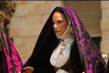 Folklore in Sardegna: Il costume sardo femminile /  Ogni comunità ha il suo vestito tradizionale diverso dagli altri con colori, tessuti, gioielli e ricami diversi