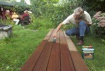 Bangkirai olie / Bangkirai-Olie is speciaal ontwikkeld voor bangkirai hardhouten objecten in de tuin zoals: schuttingen, vlonders, pergola's, plantenbakken en tuinmeubelen. De bijzondere samenstelling op basis van speciale oliën zorgt voor een goede indringing en hechting; bladderen is uitgesloten. Het natuurlijke karakter en de kleur van het hout blijft behouden. Na droging is het hout beschermd tegen weersinvloeden waardoor vergrijzing voorkomen wordt.