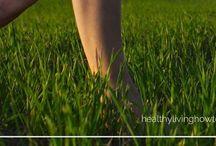 """Le """"Grounding"""" ou l'enracinement du corps à la terrer / se connecter à la terre pour se ressourcer et de regénérer. Il suffit de se tenir debout, pieds nus ou de marcher pieds nus sur de l'herbe, de la mousse, de la terre, du sable, de l'eau etc."""