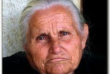 """Ελληνίδα: θεά, αρχαία, μάνα, γιαγιά, διάσημη, ερωμένη, αποκύημα της φαντασίας, ... / Ελληνίδες, πραγματικές ή φανταστικές,  όπως τις """"συνέλαβαν"""" ζωγράφοι, γλύπτες, φωτογράφοι,"""