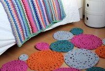 mantas y alfombras tejidas / Mantas y alfombras de diversos tamaños tejidas en crochet o dos agujas. Pie de cama.