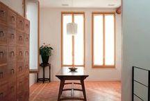 東京組|La Casa Italiana 都心に流れるイタリア時間—イタリアスタイルの家 / イタリアでは、住宅が何代にもわたって受け継がれ、愛されている。 木、石、鉄、レンガ、漆喰̶。 古くから建材として使われてきたほんものでつくった家は 長い歳月が過ぎても決して色褪せることなく、 むしろ輝きを帯びていく。 住むほどに風合いが増す、 ほんものでつくった家に、都心で暮らす。