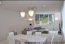 東京組|大きな空間構成とドイツ製品の家 / 閑静な住宅街に佇むその邸宅はリビングキッチンから寝室、子ども部屋、バスルームまで全ての部屋が白を基調としている。置いているのは必要最低限のインテリアのみで、日用品は目につかない場所に収納。物を置かないだけで、それ自体が美しいインテリアになるということを気づかせてくれた、まさにシンプル・イズ・ベスト