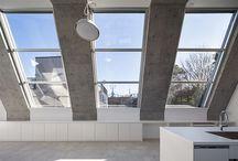 東京組|ゼブラハウス / 【所在地】港区 【設計】上原和建築研究所 【構造】RC  敷地は大使館が建ち並ぶ品格高い場所に位置し、間口に対し 4倍ほどの奥行きのある南北に細長い形状です。 また、広く開放的な住宅にしてほしいという命題でした。 これらの条件に呼応すべく、門型フレームで構成される シームレスな空間性をもつ住宅を提案しました。家族構成や ライフスタイルの変化によって間仕切りを変えられる自由度と、 門型フレームに囲まれた大開口面により良質な自然光を獲得 できます。柱と梁の門型フレームを打放しコンクリートとし、 その他を白く仕上げることで、構造美がそのままインテリアに なる計画としました。コンクリートと白い仕上げの組み合わせ がリズミカルに見通せるリニアな空間性の中、用途を限定しすぎ ない伸びやかな生活が営まれることを期待します。