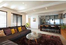 東京組|青砥の家  シンプルに気持ち良く暮らせる家 / 所在地】葛飾区 【設計】Collision Design  【構造】木造軸組構法 駅から近い好立地の物件「青砥の家」は、道路からアプローチの沿線上に玄関が見えない工夫が素晴らしい。オンオフがスムーズな兼用住宅オフィスはナチュラル系。LDKはシンプルかつ洗練されたホテルのようなLDKである。玄関からオフィスまでは生活感が出ないようにハイセンスな設計。2階もパブリックなスペースと考え、素材と仕上げにはとことんこだわりました。3階は2階までと対照的に温かい雰囲気が感じられる物件です。