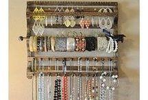 Organização de bijuterias / Elas são essenciais para nós mulheres e nada como tê-las sempre a mão e organizadas / by Eliana Cristina Pedro