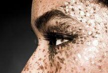Golden make up. / Make up with gold.