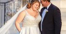 Brautkleider für Mollige // Kurvig heiraten / Eine große Kleidergröße zu haben, heißt nicht, auf sein Traumkleid verzichten zu müssen. Denn es gibt mittlerweile umwerfende Plus Size Hochzeitskleider. Wir beweisen euch, wie schön Brautkleider für Mollige sein können!
