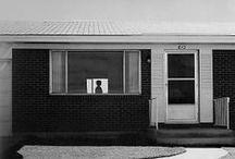 Robert Adams - 1937 - / Robert Adams, né le 8 mai 1937 à Orange (New Jersey) est un photographe américain. Au début de sa carrière de photographe professionnel, Robert Adams quitte le New Jersey pour s'installer dans le Colorado. Là, il commence à montrer la façon dont les paysages de l'Ouest américain, jadis arpentés par des photographes tels que Timothy O'Sullivan ou William Henry Jackson, subissent l'influence de l'activité humaine.