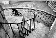 Henri Cartier Bresson - 1908 - 2004 (96 ans) / Henri Cartier-Bresson (22 août 1908 à Chanteloup-en-Brie - 3 août 2004 à Montjustin dans les Alpes-de-Haute-Provence) est un photographe français qui avec Robert Capa, David Seymour, William Vandivert et George Rodger fonde en 1947 l'agence Magnum. En 2003, une fondation portant son nom HCB a été créée à Paris pour assurer la conservation et la présentation de son œuvre et aussi pour soutenir et exposer les photographes dont il se sentait proche.