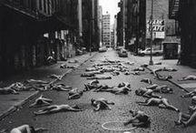 Spencer TUNICK - 1967 - / Spencer Tunick, né le 1er janvier 1967 à Middletown dans l'État de New York, est un photographe américain. Il est connu pour ses compositions photographiques où figurent des centaines de volontaires, hommes et femmes, posant nus, la plupart du temps dans des décors urbains.