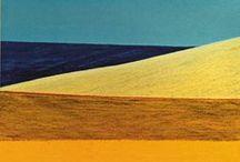 """Franco Fontana - 1933 - / Franco Fontana (Modène, 1933) est un photographe italien. Actif depuis 1961, Fontana travaille sur les formes plastiques dans les jeux d'ombres, le noir et blanc et la couleur, le corps humain. Il voyage aux États-Unis et au Japon. Il publie son premier livre """"Skyline"""" aux éditions Contrejour et Punto e Virgola en 1978."""