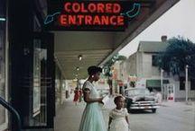 Gordon Parks - 1912 - 2006 (94 ans) / Gordon Roger Alexander Buchannan Parks, né le 30 novembre 1912 à Fort Scott dans le Kansas et décédé le 7 mars 2006, est un photographe, réalisateur, journaliste et militant noir américain. Ses œuvres les plus connues sont ses photoreportages pour le magazine Life ainsi que l'un de ses films, Shaft, les nuits rouges de Harlem (Shaft). En 1937, il débute sa carrière de photographe âgé de 25 ans à Chicago, où il devient photographe de mode et de personnalités.