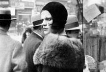 Walker Evans - 1903 - 1975 (72 ans) / Walker Evans, né le 3 novembre 1903 à Saint-Louis, Missouri, et mort le 10 avril 1975, à New Haven, Connecticut, est un photographe américain. Walker Evans étudie au Williams College en 1922-1923 et à la Sorbonne en 1926. Il débute la photographie en 1930. Il obtient une bourse de la Fondation John-Simon-Guggenheim en 1940, 1941 et 1959. Il entre au magazine Time en 1945 et à Fortune en 1965. Cette même année, il devient professeur de photographie à l'école d'art de l'université Yale.