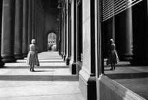Vivian Maier - 1926 - 2009 (83 ans) / Née le 1er février 1926 et morte le 21 avril 2009 (à 83 ans), est une photographe de rue américaine dont le travail est demeuré inconnu jusqu'à sa mort et sa découverte fortuite.
