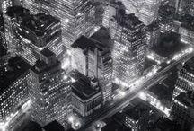 Berenice Abbott - 1898 - 1991 (93 ans) / Berenice Abbott (17 juillet 1898 à Springfield — 9 décembre 1991) est une photographe américaine. Après avoir découvert Eugène Atget en 1925 grâce à Man Ray, elle lui achète toutes les archives négligées d'Atget avec le soutien du galeriste Julien Levy. Elle ne cessera de défendre son œuvre par des livres et des expositions, ce sera un déchirement quand, plus tard, elle devra vendre 50 % des droits.