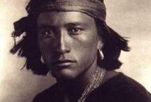 Edward S.Curtis -1868 - 1952 (84 ans) / né le 16 février 1868 près de Whitewater et mort le 19 octobre 1952 à Whittier, est un photographe ethnologue américain.  Il a été un des plus grands anthropologue social des Amérindiens d'Amérique du Nord et de l'Ouest américain — laissant trace d'écrits et de nombreuses photos sur verre. Ainsi, de manière non exhaustive, il a entrepris l'inventaire photographique d'amérindiens des 80 tribus existantes.