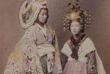 Felice Beato - 1832 - 1909 (77 ans) / Felice Beato, photographe italien et britannique, est né à Corfou en 1832, naturalisé anglais en 1850, et mort en 1909.  Il est un des premiers photographes à réaliser des clichés de l'Est asiatique et un des premiers photographes de guerre. Il est aussi réputé pour ses portraits et ses vues panoramiques de l'architecture et des paysages des régions asiatiques et méditerranéennes.
