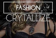"""Fashion: Coleção Crystallize / A Coleção Inverno 2015 foi inspirada no requinte dos cristais, por serem tão exclusivos, delicados, como se cada peça possuísse diferentes lapidações, tornando-as totalmente """"unique""""! Abusamos de transparências e dos brilhos dos cristais, assim como dos bordados e das rendas que permanecem muito fortes na estação."""