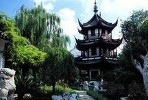 CHINE ESSENTIELLE / Nous vous invitons à découvrir quelques-uns des sites les plus emblématiques de la Chine d'hier et d'aujourd'hui : parcourez la futuriste Shanghai, vitrine de la Chine du 21e siècle, émerveillez-vous devant l'incroyable armée de terre cuite à Xi'An et enfin remontez le temps à Pékin. Une balade dans le village d'eau de Luzhi, des spectacles ainsi que des découvertes culinaires agrémenteront cette première rencontre avec l'empire du Milieu.