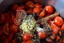 Ketchup / Ingredienser:  700 g – tomater  2 stk. –  løg  2 fed – hvidløg  1 – lille dåse tomatpure  100 g – farin  0,75 dl – hyldeblomsteddike  1 tsk. Colman`s sennepspulver  1 – knivspids allehånde  1 – stk. kanel  1 spsk. – Worcestershire sauce  1 tsk. – salt  peber
