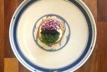 Små kartoffelpandekager / Ingredienser: 0,5 kg – kartofler (daggamle eller friske)  5 stk. – hele æg  1 dl – fløde  100 g – parmesan  salt og peber     Tilbehør:  2 stk. – rødløg  250 g – creme fraiche 18% (helst creme fraiche 38%)  200 g – kaviar  1 bdt. – dild