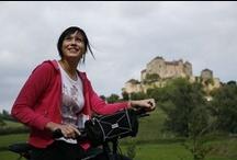 Vélo en Saône-et-Loire / L'évasion dans les rayons sur les Voies Vertes, la Voie Bleue et les petites routes de campagne. La pratique du vélo se prête à tous les plaisirs et escapades bucoliques pour découvrir de façon authentique la Saône-et-Loire…
