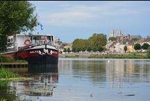 Séjour bateau en Saône-et-Loire / Au gré de ses 300 km de voies navigables, la Saône-et-Loire se dévoile paisiblement et révèle son côté nature.  Prenez la barre d'un bateau habitable et offrez-vous un week-end, une semaine hors du temps. Une façon originale de découvrir au fil de l'eau la Saône-et-Loire en toute liberté.