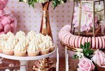 Candy Bars / Candy Bars versüßen jede Hochzeit und zaubern ein Lächeln in die Gesichter der Gäste. Auf den Tisch kommt alles was das Herz begehrt: Süßigkeiten, Macarons, Cupcakes, Cakepops, Waffeln, Desserts & vieles mehr.