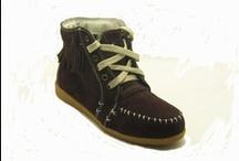 Bota serraje con flecos / ¡Nueva bota! Bota de piel de serraje con flecos, forrada en su interior con tela. Cordoneras de algodón, punta redondeada y suela sintética.