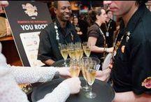 Privatisation et événements professionnels / Hard Rock Cafe offre un cadre unique pour tous vos événements d'entreprise : réunion, dîner de gala, cocktail dînatoire, conférence de presse, lancements de produit, show case, arbre de Noël, anniversaire de société... Ses deux étages et son salon VIP peuvent accueillir de 20 à 450 personnes.
