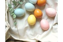 Ostern. bunt und frühlingshaft / Eier, bunte Snacks, frühlingshafte Deko. Osterhase sucht Osternest und zarte Blumen. Die Wohnung wird neu geschmückt und der Osterbrunch wartet auf die Gäste. Frühlingshafte Inspiration in zarten Farben.