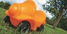 Les jeux de plein air / Les enfants aiment se divertir et bouger dans le jardin. Toboggan, voiture, vélos et trottinettes pour enfants, parcours de motricité, bacs à sable et à eau, pleins d'idées pour jouer. N'oublions pas le mobilier extérieur pour goûter ou se reposer. Des idées Wesco