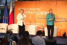 Dialog obywatelski o przyszłości UE / Debata w Polsce miała wyjątkowy smak – mówiła Viviane Reding podsumowując warszawski Dialog obywatelski o przyszłości UE. Wraz z posłanką do Parlamentu Europejskiego Różą Thun oraz ponad 300 obywatelami z całej Polski wiceprzewodnicząca Komisji Europejskiej rozmawiała o kryzysie, prawach obywateli i kształcie przyszłej Europy. Gościem specjalnym debaty był szef KE José Manuel Barroso.