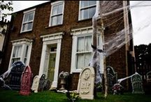 Halloween Garden Inspiration / The decorations shouldn't stop at the house! Inspirational ideas of how to decorate gardens at Halloween