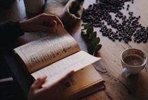 """Books / """" Je ne voyage sans livres , ni en paix , ni en guerre. C'est la meilleure munition que j'aie trouvée à cet humain voyage. """"  MONTAIGNE ( 1533 - 1592 )"""