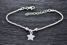Pulseras / Surtido de pulseras que podrás encontrar dentro de nuestra tienda online. Materiales en plata de ley, acero y bisutería.
