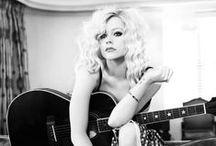 """avril<3 / """"Voglio essere me stessa e con questa mia convinzione fare la mia strada, scrivere di quello che provo e non preoccuparmi del giudizio altrui, devo indossare quello che mi pare, recitare quello che è più adatto a me e cantare quello che mi appartiene ed è più vicino alla mia sensibilità"""". """"Adoro scrivere. Quando sono triste e voglio sbarazzarmi di questo stato d'animo, imbraccio la mia chitarra. Qualche volta penso che la mia chitarra sia un po' il mio terapista"""".."""