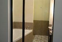 Töölö, Helsinki / Kaunis ja harmoninen kylpyhuone Töölössä. Seinien yläosat käsitelty Cement Designin sävyllä Blanco Suave.