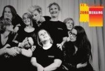 De Firma Zorgbehang / Met veel theatertalent én ervaringsdeskundigheid op het gebied van de geestelijke gezondheidszorg (ggz), maken wij in onze optredens zichtbaar wat eerder onzichtbaar en 'achter het behang' bleef. Noem een willekeurig ziektebeeld en wij maken er theater over!