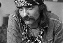 Bandanña Yah Wear It Well / Bandana style as worn through history by common heroes and popular celebrities.