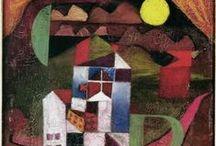 Klee, Paul / Paul Klee (Münchenbuchsee, 18 dec. 1879 – Muralto, 29 juni 1940) was Duits-Zwitserse kunstschilder die figuratieve schilderijen maakte met uitgebalanceerde kleurtechniek. Zijn werk behoort tot de moderne kunst. Klee bestudeerde het Impressionisme (einde 19e eeuw), maar paste het niet direct toe in zijn werk. Hij ontmoette  August Macke, Kandinsky en Franz Marc. Hij liet zich beïnvloeden door etnografische kunst, kindertekeningen en tekeningen van personen met een verstandelijke beperking.
