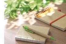 Duurzame geschenken / Klimaatneutraal of milieubewust geproduceerd, gemaakt van recyclebare stoffen.. Ook bij Van Helden denken we aan het milieu met ons groene promotiemateriaal!