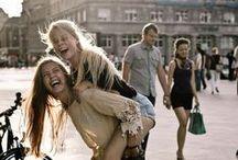 We Laugh / Nos divertimos, eso es a lo que vinimos al mundo. No perdemos el tiempo estresándonos.