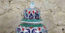 Nos Céramiques Ottomanes Iznik / Vous trouverez ici des photos de superbes produits en céramique réalisés par des artisans potiers et décorateur : assiettes murales, pots décoratifs, vases artisanaux, bols, carreaux d'arts...