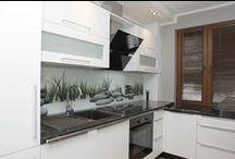 Pane szklane w kuchni / Panele szklane to nowoczesna i efektownie wyglądająca alternatywa dla tradycyjnych płytek.