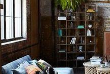 In and out -teriors / Poszukując miejsca na graciwa... Pełno zakurzonych książek, tańczących roślin, drewnianych mebli i ceglasta szczypta na ścianie.
