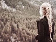 lit; throne of glass / she was the heir of ash and fire and she would bow to no one